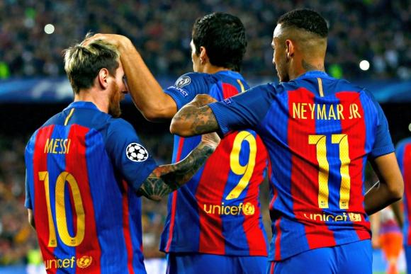 Lionel Messi, Luis Suárez y Neymar festejando el gol de Barcelona. Foto: EFE