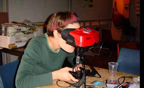 Las personas que la utilizaban se veían igual que las que hoy utilizan realidad virtual. Foto: Captura YouTube.