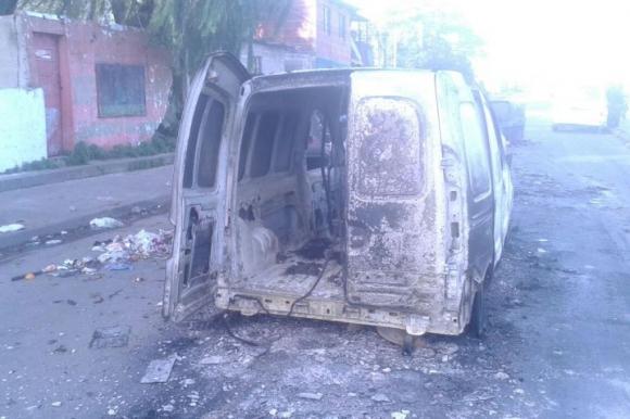 Camioneta y vehículo en barrio Marconi. Foto: Gabriel Rodríguez.