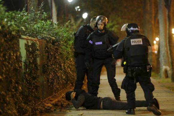 Policía reduce a un individuo luego del tiroteo en Bataclan, París. Foto: Reuters.