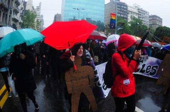 Cientos de mujeres marcharon ayer contra la violencia de género. Foto: Fernando Ponzetto
