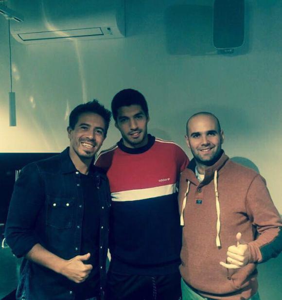 El ídolo junto a Rafa e Iñaki en Barcelona. Foto: Facebook Luis Suárez