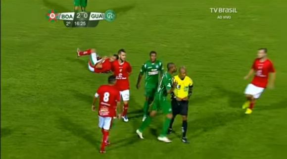 El momento de la agresión luego de ser expulsado por el árbitro. Foto: Captura