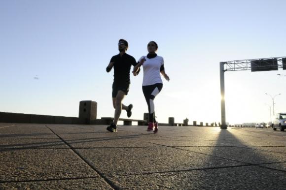 La rambla montevideana es uno de los lugares preferidos para correr. (Foto: Darwin Borrelli)