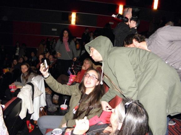 Agustín Casanova con una fan en la sala de cine.