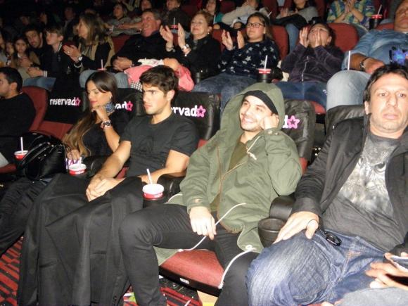 Fer Vázquez, su novia Flor Andreoli, Agustín Casanova y el director Federico Lemos mirando la película.