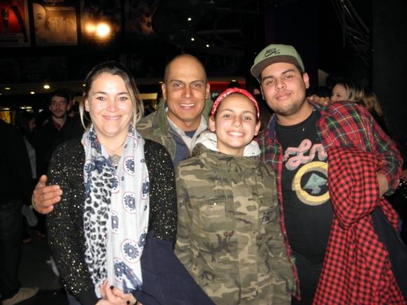 Nicolás Vellozo, bajista de Rombai, junto a su familia.