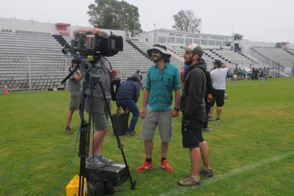 Back. Los técnicos en una pausa comentando la escena filmada. Foto: Ariel Colmegna.