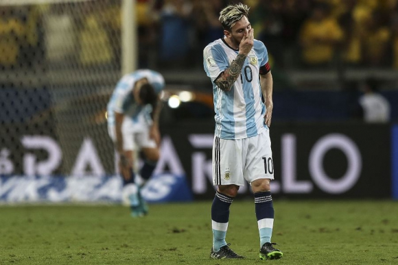 Lionel Messi se lamenta en el partido de Argentina y Brasil. Foto: EFE