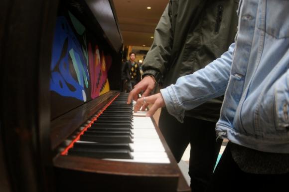 En la propuesta cualquiera puede tocar, sin importar los conocimientos o estilos musicales. Foto: Marcelo Bonjour.