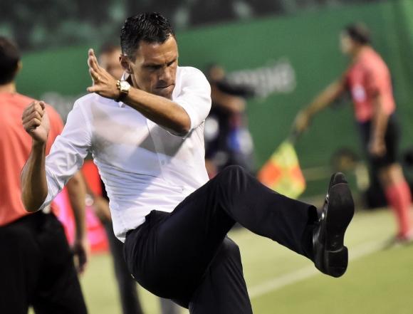 El enojo de Gustavo Poyet tras el empate frente a Deportivo La Coruña. Foto: EFE