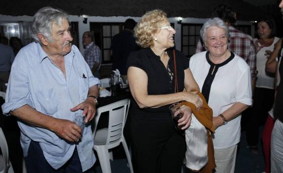 Manuela Carmena, junto a José Mujica y Lucía Topolansky en el Quincho de Varela. Foto: EFE.