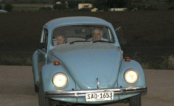 Manuela Carmena en el fusca de José Mujica. Foto: EFE.