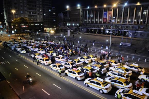 Se concentraron 18:15 frente a la Intendencia. Foto: D. Borrelli