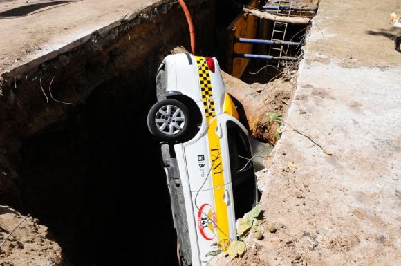 Taxi cayó en obra de saneamiento. Foto: Marcelo Bonjour