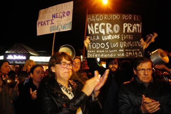 Carrasco: Vecinos marcharon por la Avenida Arocena y luego interrumpieron parcialmente el tránsito de la rambla. Foto: F. Ponzetto