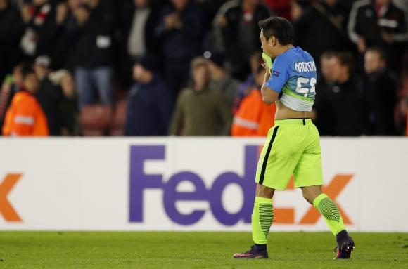 El lamento de Nagatomo tras su gol en contra ante el Southampton. Foto: EFE