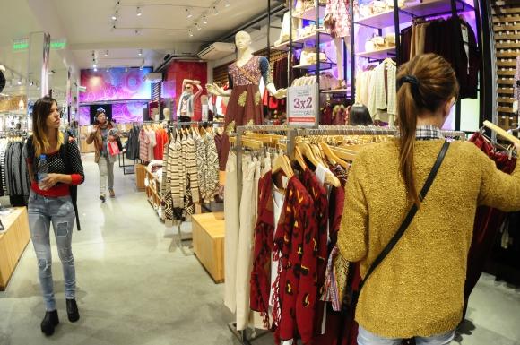 Indian. Iluminación y espacio son ejes para el armado de las tiendas. (Fotos: Marcelo Bonjour)