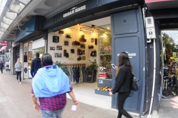 Urban Haus. El acceso, abierto, exhibe algunos de los productos que vende la tienda.