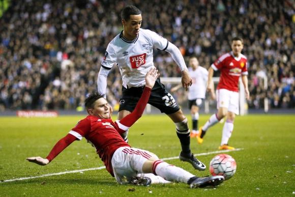 Guillermo Varela en Derby County-Manchester United. Foto: Reuters.