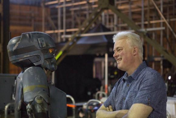 Neil Corbould con el nuevo personaje, K-S2O
