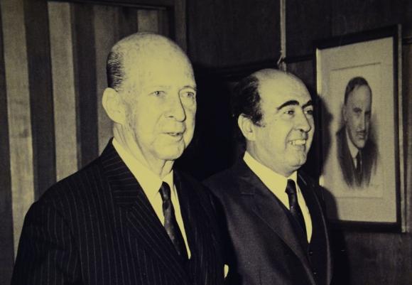 Su padre Martín y la imagen de su abuelo Leonel. Foto: El País