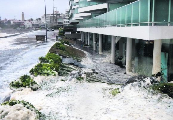 Edificio inundado en Punta del Este. Foto: Ricardo Figueredo