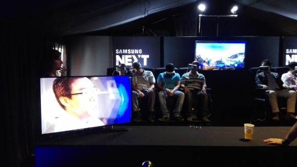 Entretenimiento. Samsung invitaba a quienes visitaban su pabellón a subirse a una montaña rusa, utilizando sus lentes de Realidad Virtual.