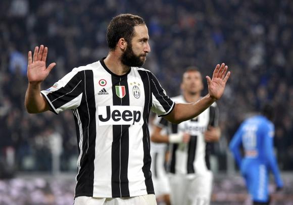 Gonzalo Higuaín pidió disculpas tras el gol anotado frente al Napoli. Foto: Reuters