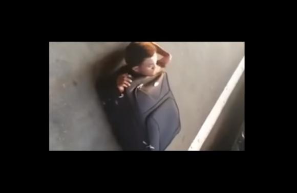 Un joven eritreo de 20 años viajó escondido en una valija. Foto: Captura