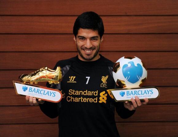 En una mano el premio al goleador y en la otra al mejor. Foto: @LFCEspanol