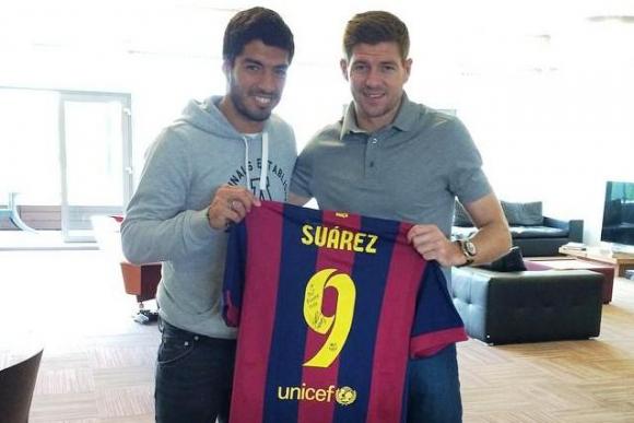 Suárez le entregó su nueva camiseta a su amigo