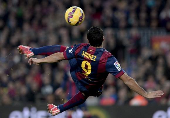 Luis Suárez ensayó una tijera para anotar un golazo. Foto: AFP