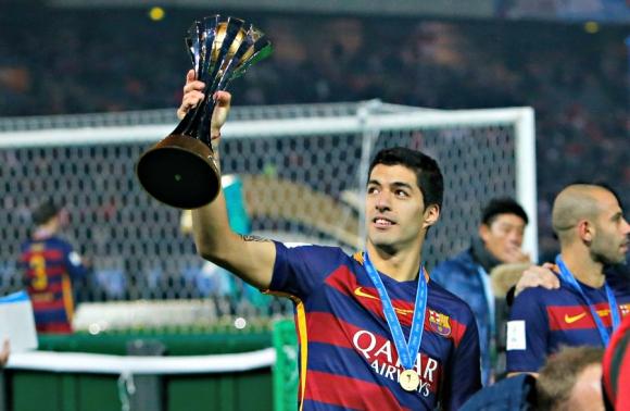 Luis Suárez levantando el trofeo del Mundial de Clubes. Foto: Reuters