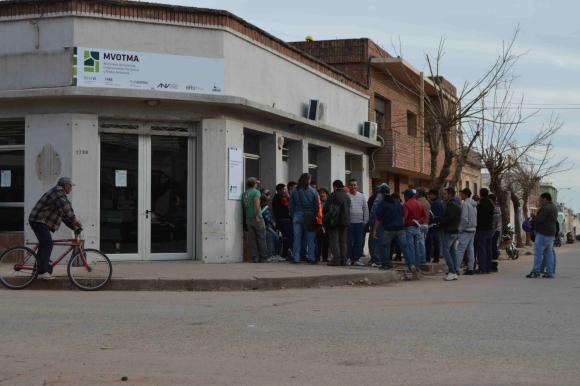 Vecinos hacen fila para conseguir trabajo. Foto: Daniel Rojas