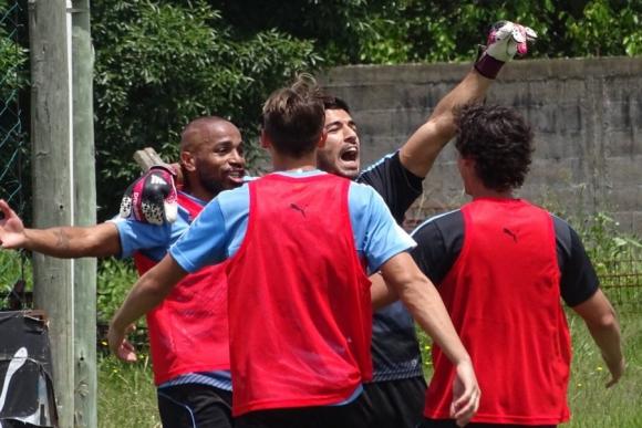 Luis Suárez celebra el gol del triunfo en el partido informal. Foto: @Uruguay