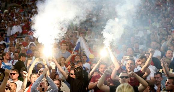 Hinchas de Inglaterra y Rusia tuvieron inconvenientes en las tribunas durante el partido. Foto: EFE