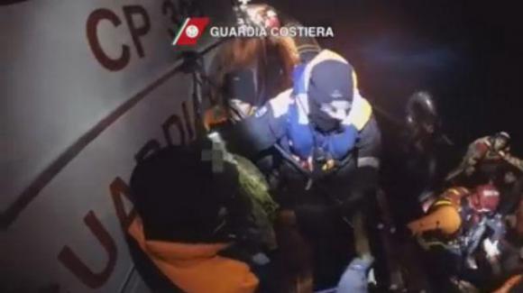Operación de rescate por parte de la Guardia Costera de Italia. Foto: Captura de pantalla