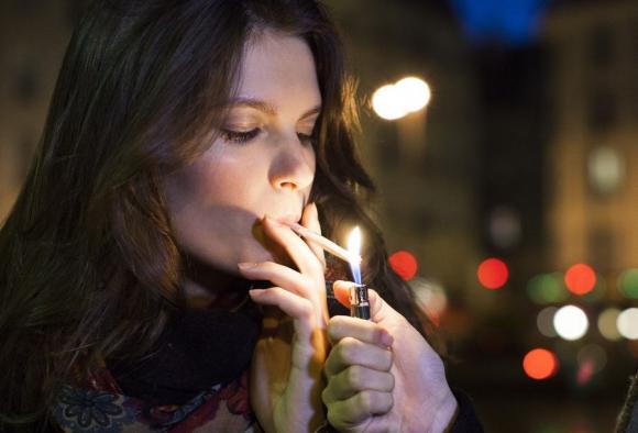 Vázquez dijo se prohibirá fumar en escuelas, hospitales y estadios. Foto: archivo El País