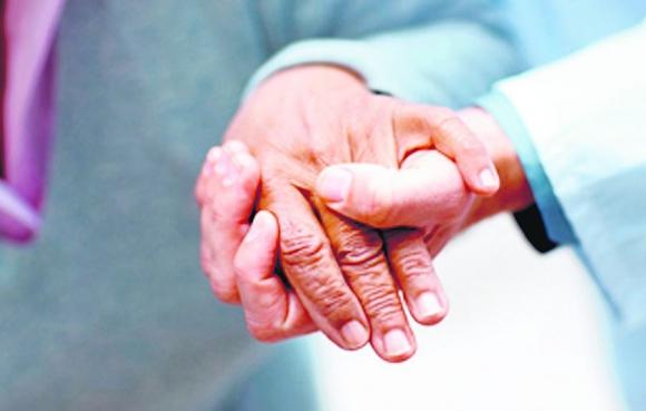 Ancianos tomados de la mano. Foto: Archivo El País