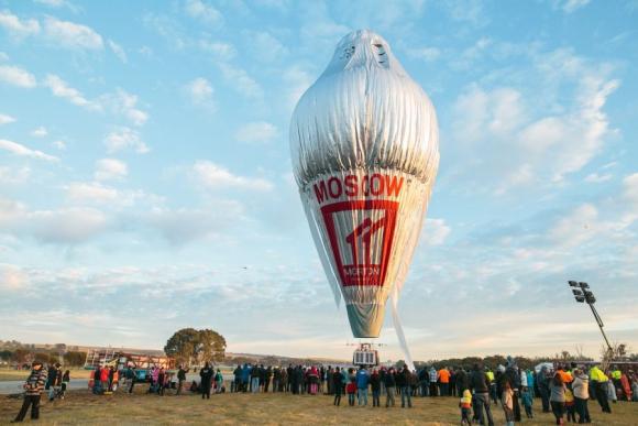 Barras de cereales y agua son lo único que lleva a bordo del globo. Foto: Reuters