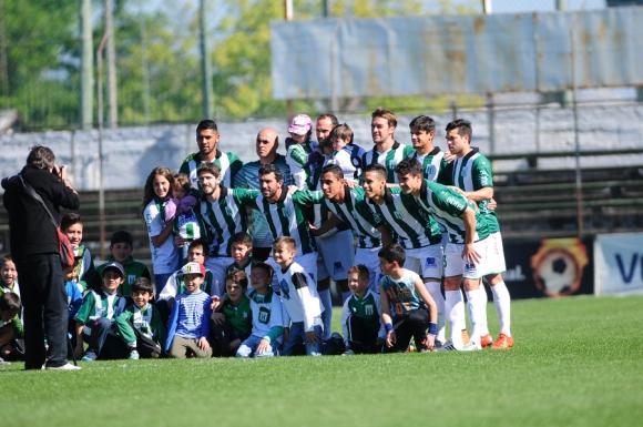 Los jugadores de Racing posaron junto a muchos niños. Foto: F. Ponzetto
