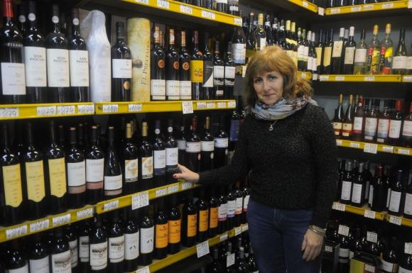 Estramil: la escritora trabaja en una licorería. Foto: A. Colmegna