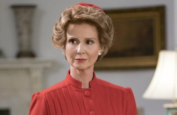 Cynthia Nixon es Nancy Reagan, la Primera Dama.