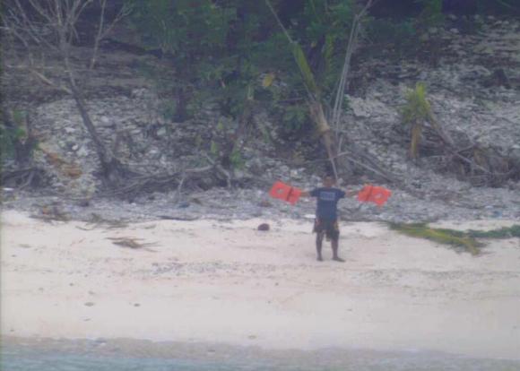 Pidieron ayuda con un mensaje en la arena y fueron rescatados. Foto: U.S. Coast Guard Hawaii Pacific.