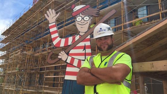 Haney junto a la figura de Wally. Foto: Facebook Where's Waldo.. Memorial Children's Hospital