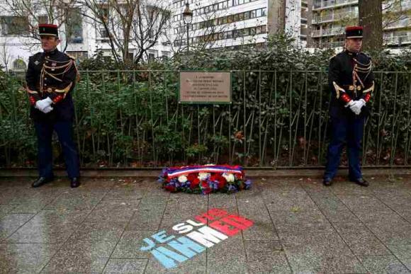 Homenaje a Merabet, asesinado a pocos metros de Charlie Hebdo. Foto: Reuters.