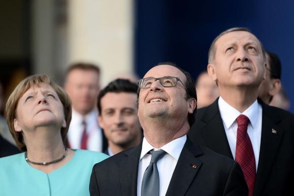 Merkel, Hollande y Erdogan observan aviones de la OTAN. Foto: AFP