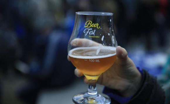 Primer festival de cerveza artesanal de Montevideo. Foto: EFE.