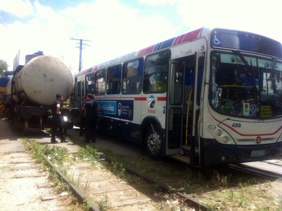 Choque de tren y ómnibus en Paso Molino. Foto: Leonardo Mainé